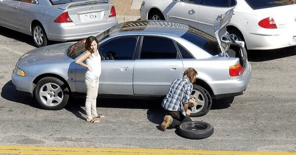 Homeless man changes flat tire for woman when no one else offers to help – now he's inspiring thousands