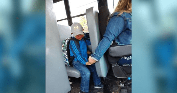 Hero bus driver saves the day by holding the hand of a scared little boy on his first day of school