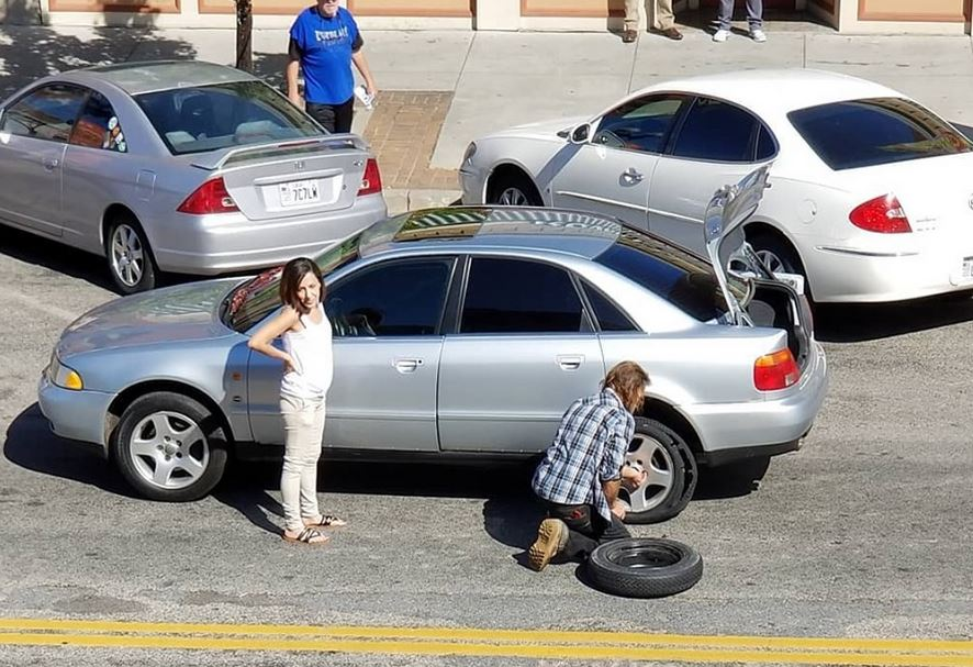 Homeless man changes flat tire for woman when no one else offers to help - now he's inspiring thousands.