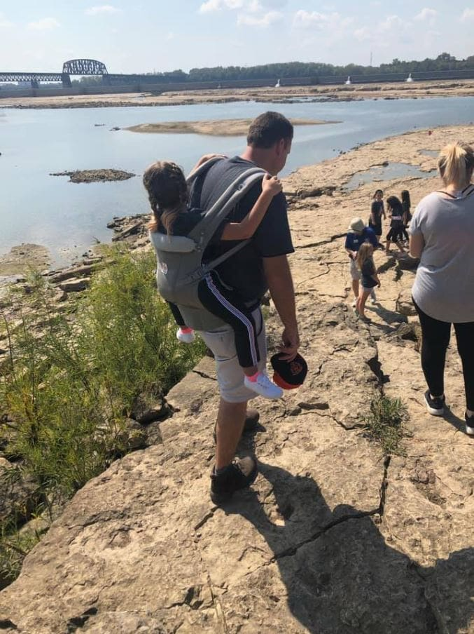 Teacher volunteers to carry student with spina bifida so she doesn't miss school field trip