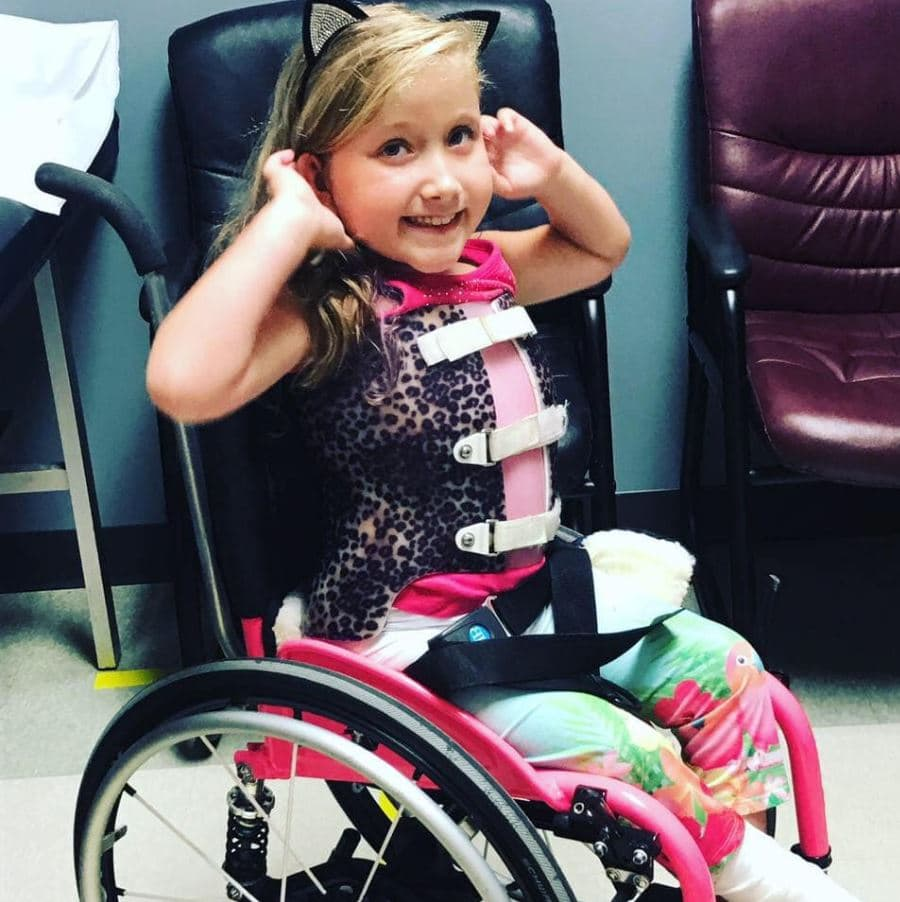 Teacher volunteers to carry student with spina bifida so she doesn't miss school field trip.