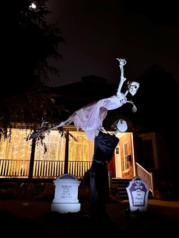 "An 80s kid put up Dirty Dancing inspired Halloween decorations for fun - ""They had the time of their lives"""