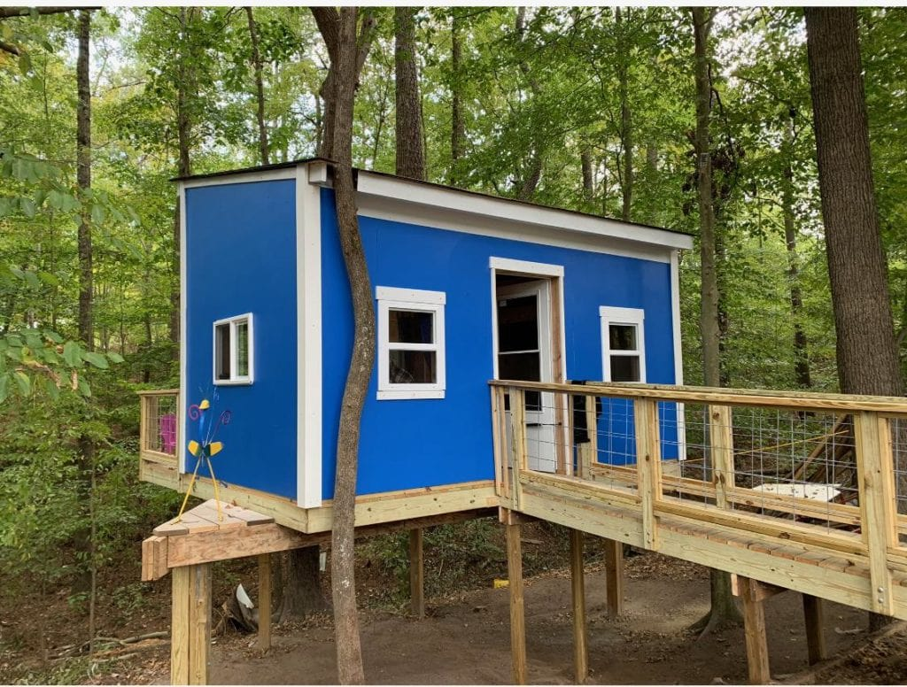 Volunteers from across 2 states come together to build a dream treehouse for terminally ill little boy. Credit: Jamie's Dream Team
