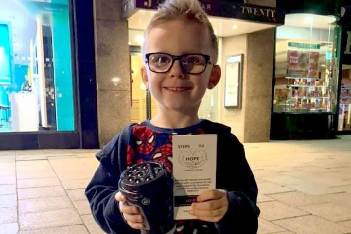 6-year-old Scottish boy delivers hot drinks & a smile to help the homeless people in Edinburgh feel good.