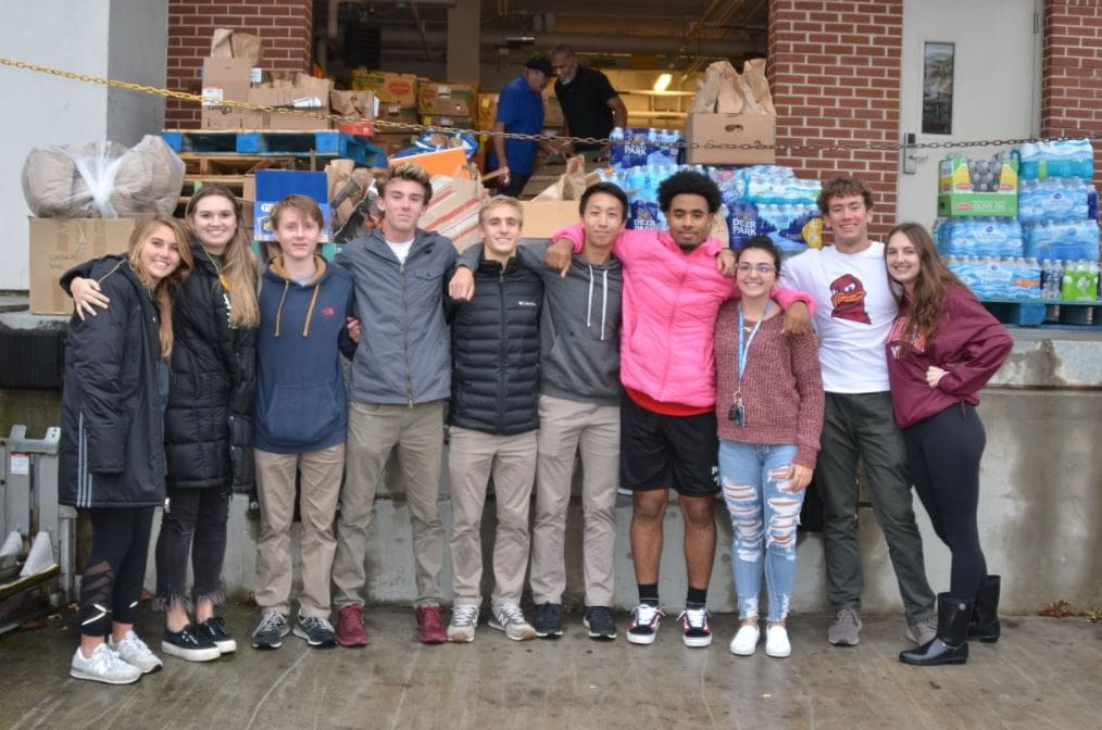 High school students in Virginia Beach pack thousands of lunches to hand out to homeless people this Thanksgiving.